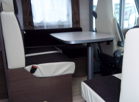 camping-car BAVARIA ARTIC I 74 LC  intérieur  / coin cuisine