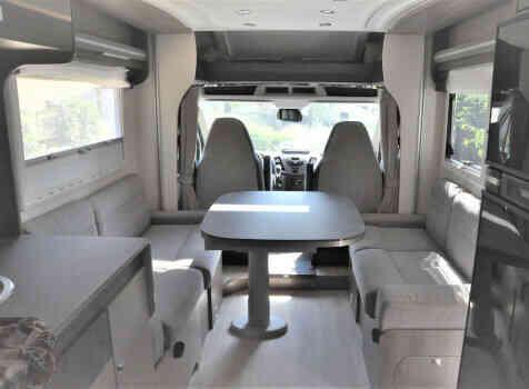 camping-car CHAUSSON TITANIUM 640  intérieur  / coin cuisine