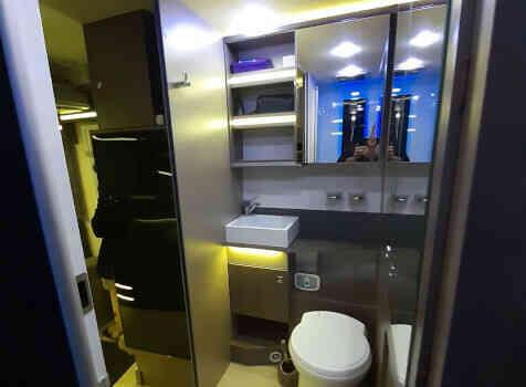 camping-car CHALLENGER 260 GRAPHITE EDITION BOITE AUTO  intérieur / salle de bain  et wc