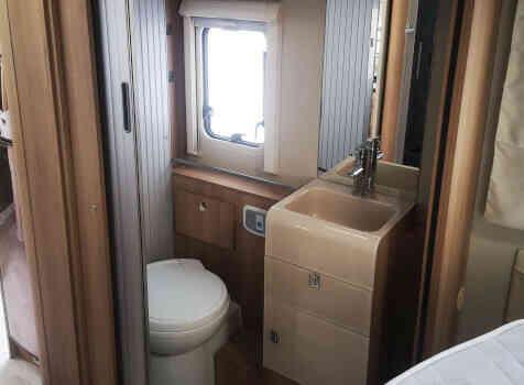 camping-car RIVIERA  intérieur / salle de bain  et wc