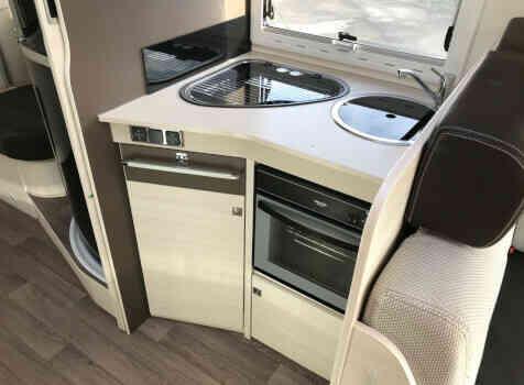 camping-car CHALLENGER GENESIS 396  intérieur / salle de bain  et wc