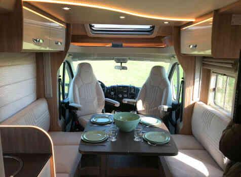 camping-car BURSTNER LYSEO IT 736  intérieur  /
