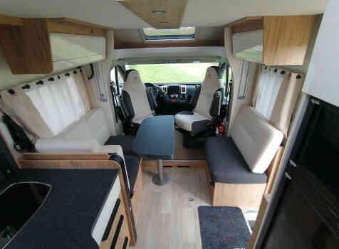 camping-car BAVARIA NOMADE T 746 FC  intérieur
