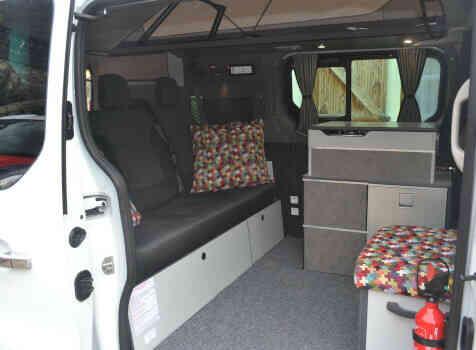 camping-car RENAULT TRAFIC  intérieur  / coin cuisine
