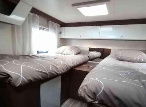 camping-car ROLLER TEAM 284 TL  intérieur / couchage principal
