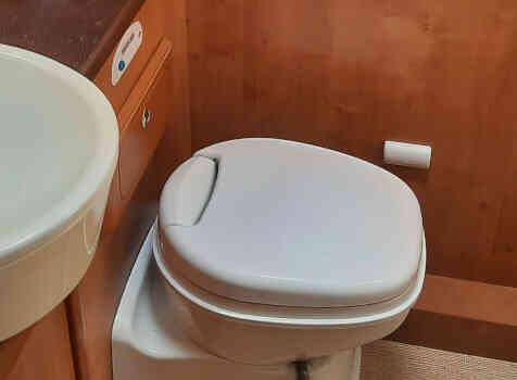 camping-car RAPIDO  LE RANDONNEUR  intérieur / salle de bain  et wc
