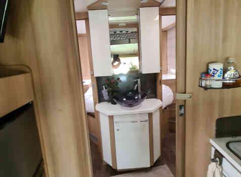 camping-car CI MAGIS 66 XT  intérieur / salle de bain  et wc