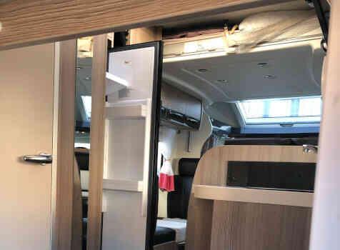 camping-car CHALLENGER GENESIS  intérieur  / coin cuisine