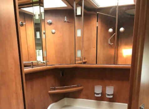 camping-car CARTHAGO CHIC C-line ll 5.0  intérieur / salle de bain  et wc
