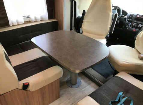 camping-car PILOTE P 736 LCA  intérieur / coin salon