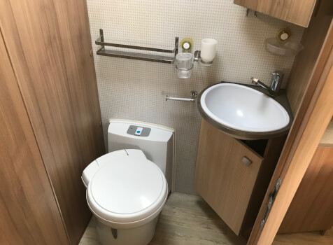 camping-car PILOTE P 736 LCA  intérieur / salle de bain  et wc