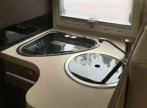 camping-car CHALLENGER 288 EB  intérieur  / coin cuisine