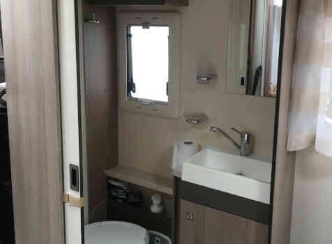 camping-car CHALLENGER 288 EB  intérieur / salle de bain  et wc