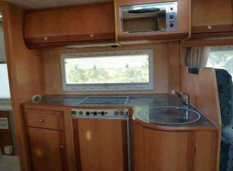 camping-car PILOTE PACIFIC 690  intérieur  / coin cuisine