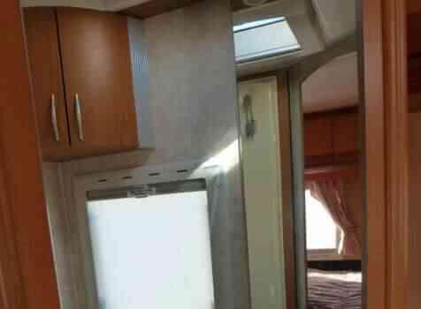 camping-car PILOTE PACIFIC 690  intérieur / salle de bain  et wc