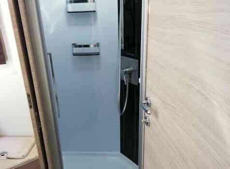 camping-car MOBILEVETTA YACHT TECHNO LINE 89  intérieur / salle de bain  et wc