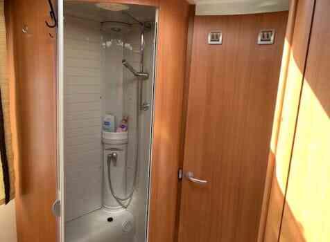 camping-car BURSTNER IXEO IT 735  intérieur / salle de bain  et wc