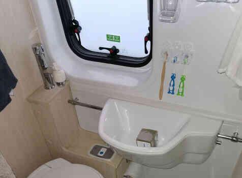 camping-car CHAUSSON TWIST V594 MAX  intérieur / salle de bain  et wc