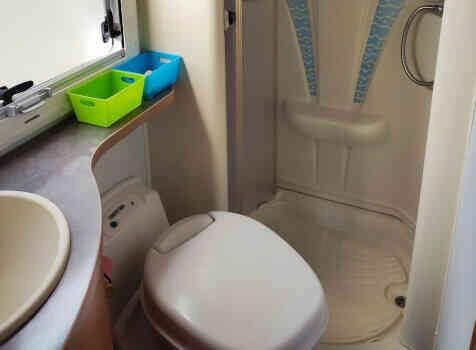 camping-car CHALLENGER   intérieur / salle de bain  et wc