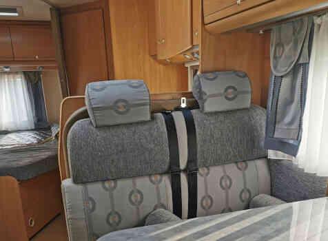 camping-car BURSTNER DELFIN T 680  intérieur / coin salon
