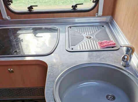 camping-car BURSTNER DELFIN T 680  intérieur  / coin cuisine