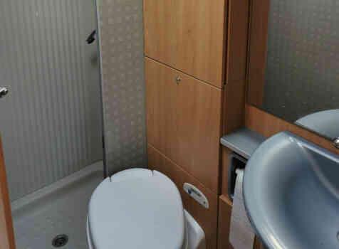 camping-car BURSTNER DELFIN T 680  intérieur / salle de bain  et wc