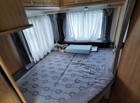 camping-car BURSTNER DELFIN T 680  intérieur / couchage principal