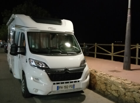 camping-car CARADO T348  extérieur / face avant