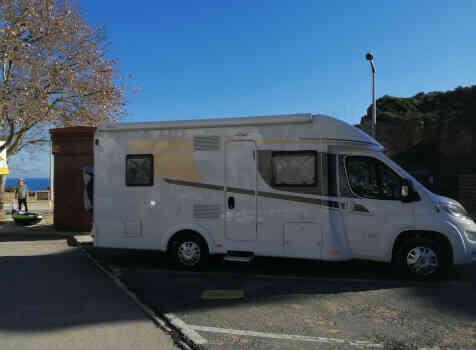 camping-car CARADO T348  extérieur / latéral gauche