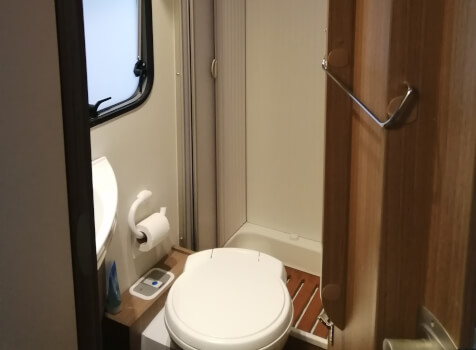 camping-car CARADO T348  intérieur / salle de bain  et wc