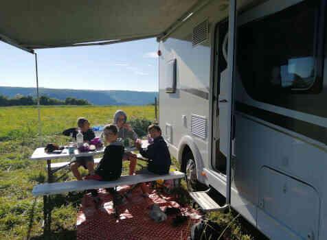 camping-car CARADO T348  extérieur / latéral droit