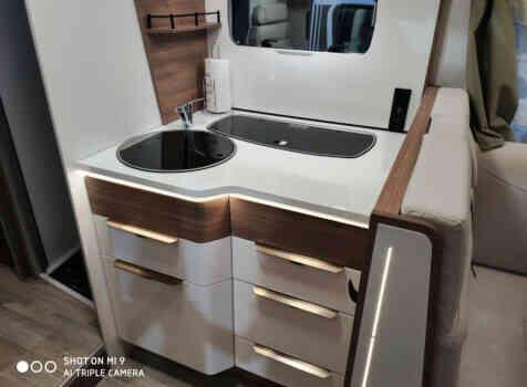 camping-car PILOTE P 746 GJ  intérieur  / coin cuisine