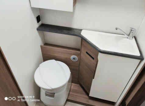 camping-car PILOTE P 746 GJ  intérieur / salle de bain  et wc
