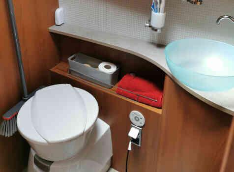 camping-car PILOTE EXPLORATEUR  intérieur / salle de bain  et wc
