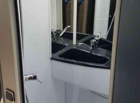 camping-car CHALLENGER 347 GA  intérieur / salle de bain  et wc