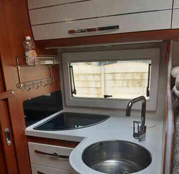 camping-car MOBILVETTA  K-YACHT 85  intérieur  / coin cuisine