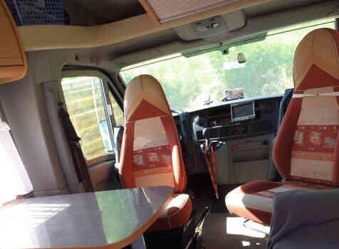 camping-car BURSTNER DELFIN 695  intérieur / coin salon