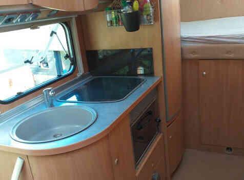 camping-car BURSTNER DELFIN 695  intérieur  / coin cuisine