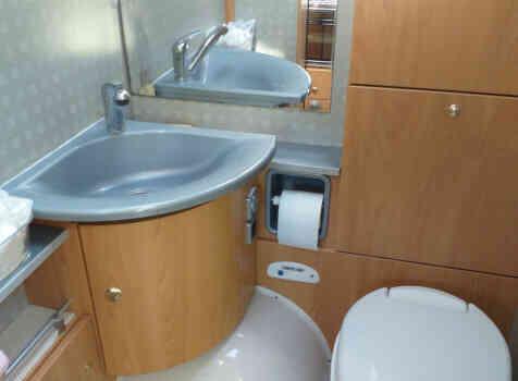 camping-car BURSTNER DELFIN 695  intérieur / salle de bain  et wc
