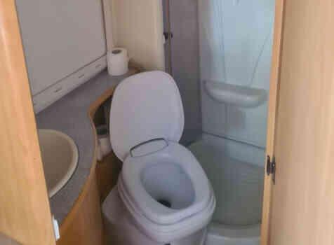 camping-car CHALLENGER EDEN 601  intérieur / salle de bain  et wc