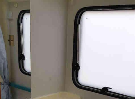 camping-car  MC LOUIS  431  intérieur / salle de bain  et wc