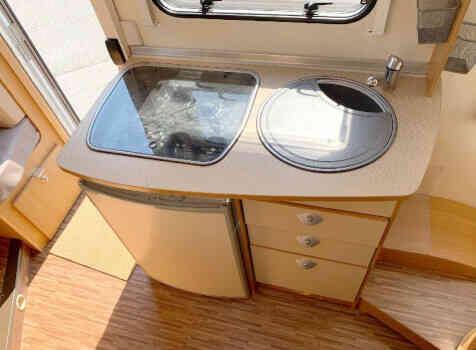 camping-car BURSTNER NEXXO T 687  intérieur  / coin cuisine
