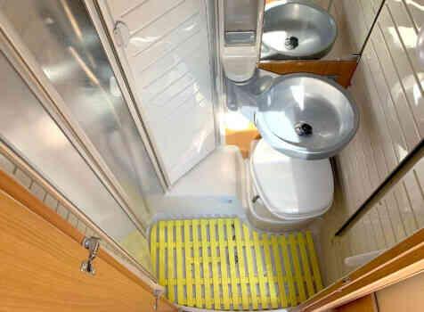 camping-car BURSTNER NEXXO T 687  intérieur / salle de bain  et wc