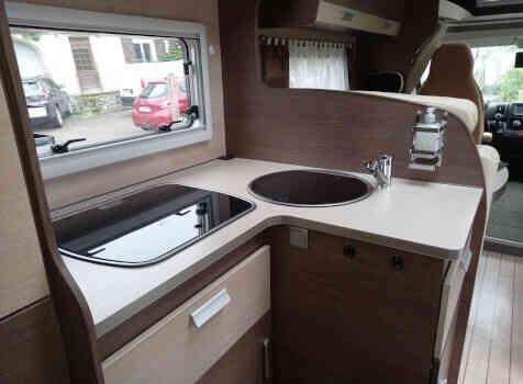 camping-car BAVARIA T 71 LP  intérieur  / coin cuisine