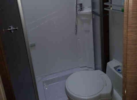 camping-car BAVARIA T 71 LP  intérieur / salle de bain  et wc