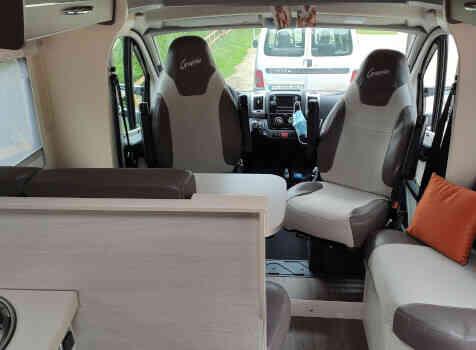 camping-car CHALLENGER GRAPHITE 398 XLB  intérieur / coin salon