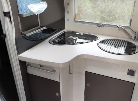 camping-car CHALLENGER GRAPHITE 398 XLB  intérieur  / coin cuisine