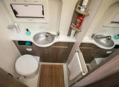 camping-car RANGER R 600  intérieur / salle de bain  et wc
