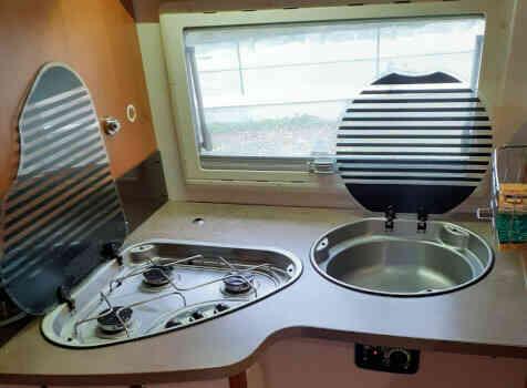 camping-car CHALLENGER MAGEO 119 EB  intérieur  / coin cuisine