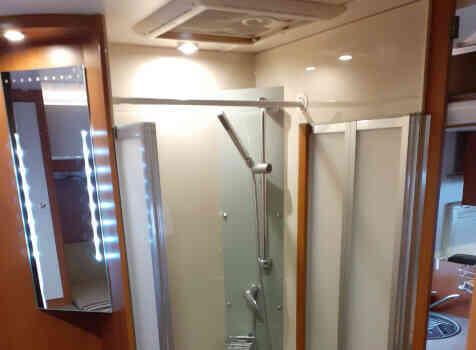 camping-car CHALLENGER MAGEO 119 EB  intérieur / salle de bain  et wc